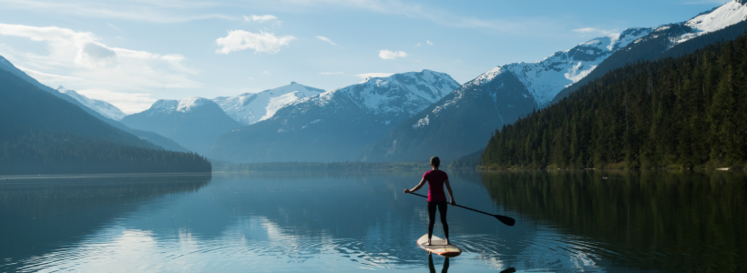 Woman standup paddling on a mountain lake | being an Integrator